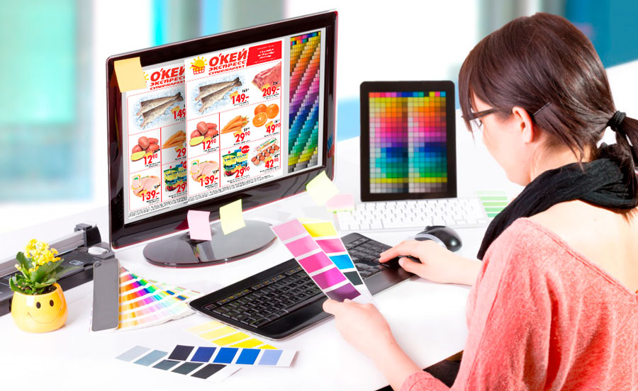 Дизайнер разрабатывает листовку